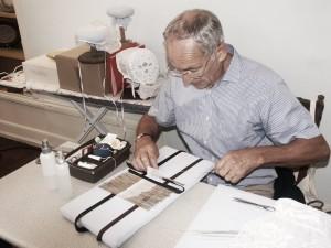 Jacky Pineau travaille sur coiffe