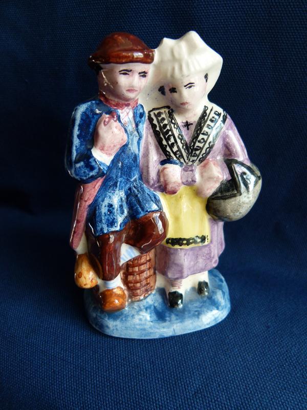 Personnages en céramique symbolisant l'Anjou