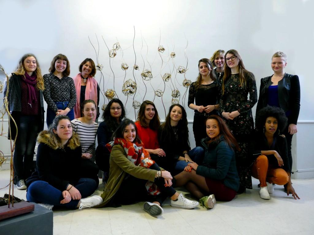 Les élèves du Lycée Gilles Jamain et leurs professeurs de broderie visitant leur exposition.
