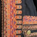 Chupenn d'homme de Ploaré vers 1870 . Broderies au fil de laine sur drap de laine.