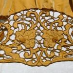 Broderie richelier sur tablier de velours de Guémené- sur- Scorff